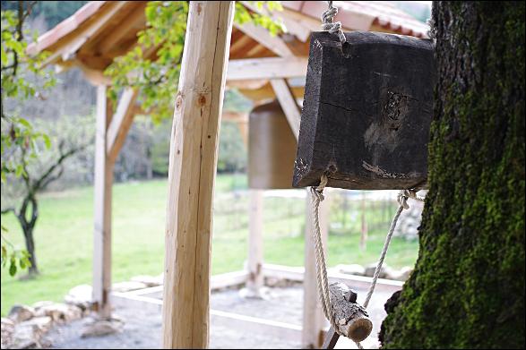 Bois et Grosse Cloche au Temple Zen du Caroux